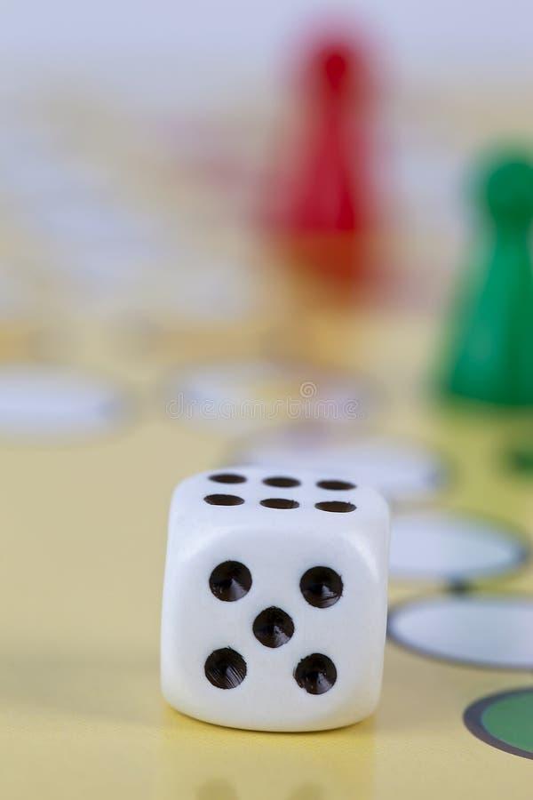 Dados e jogo de mesa imagem de stock