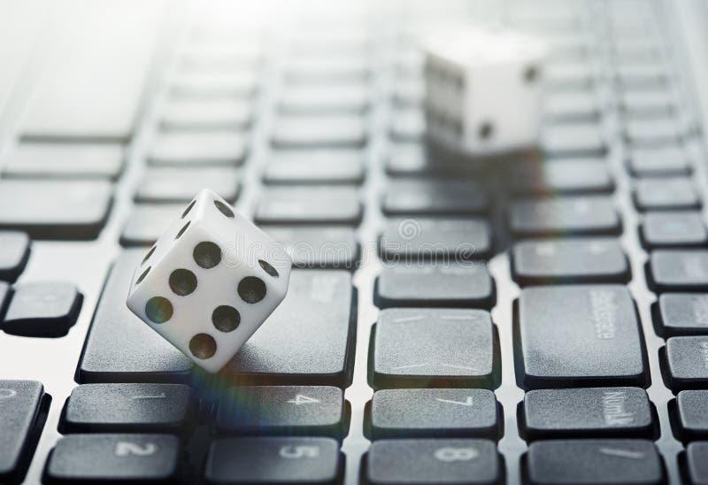 Dados en el teclado de ordenador portátil Oncept del ¡de Ð del casino en línea de juego y en línea Idea creativa con los huesos d fotos de archivo