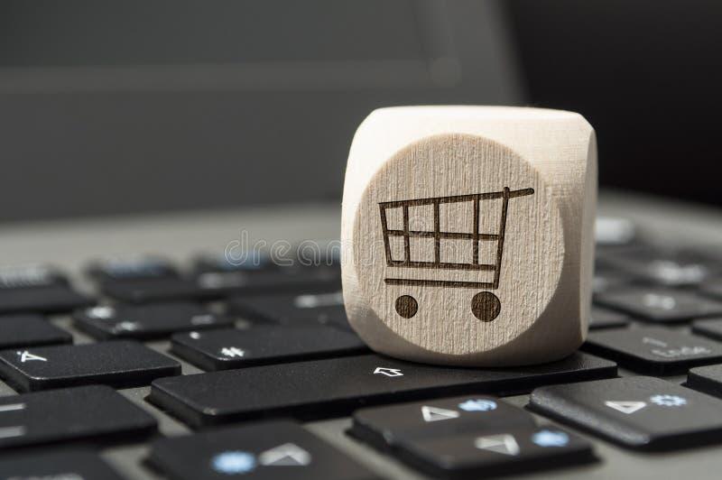 Dados en un teclado con un carro, compras en línea del cubo imagen de archivo libre de regalías