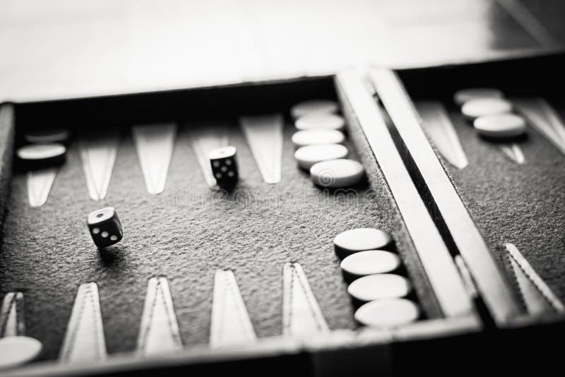 Dados inclinados blancos y negros foto de archivo