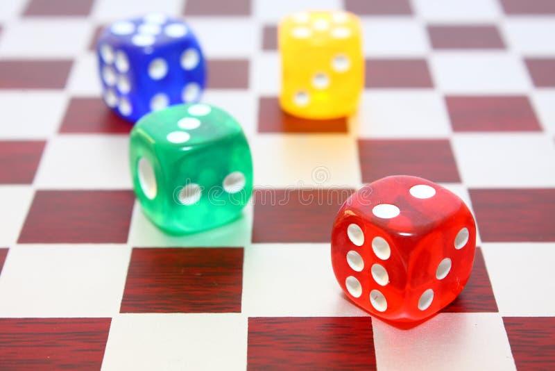 Dados na placa de xadrez fotos de stock royalty free