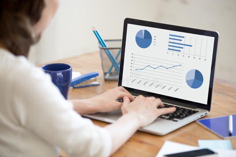 Dados novos da consultação da mulher do escritório no portátil closeup fotografia de stock
