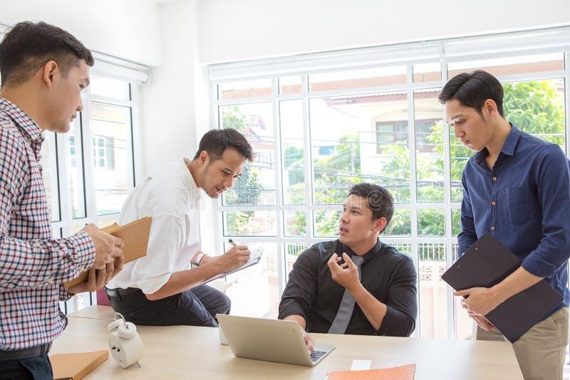Dados plaining do homem de negócios do grupo na reunião Executivos da reunião fotos de stock