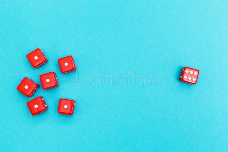 Dados vermelhos em um fundo, em um sucesso e em uma falha azuis imagens de stock royalty free