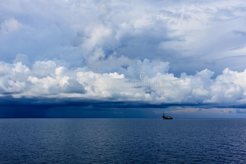 海�:#k�.&_daek蓝色海颜色和风暴雨云与凿岩机b.