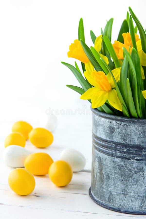 Daffodils e ovos da páscoa amarelos imagens de stock