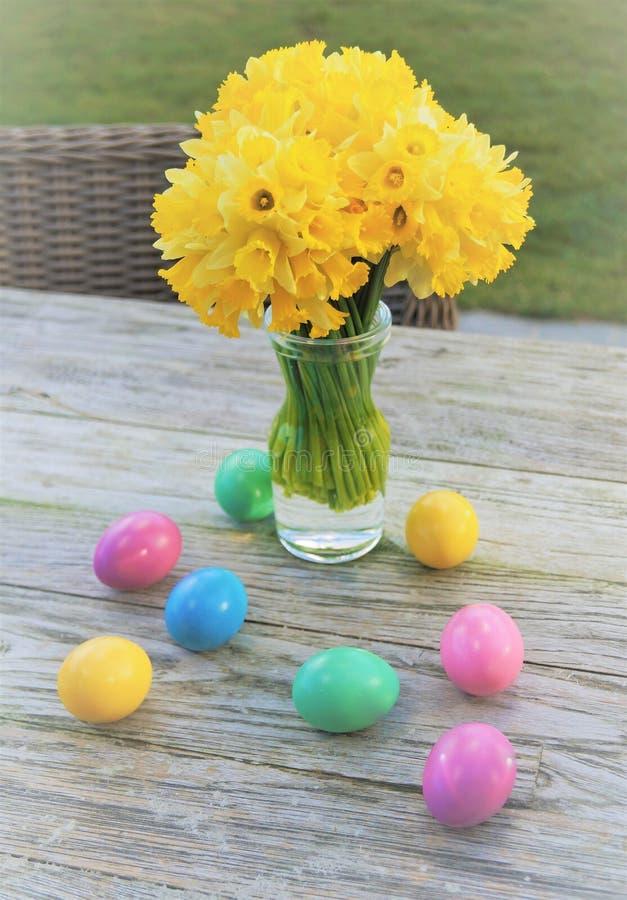 Daffodils e ovos de Easter foto de stock