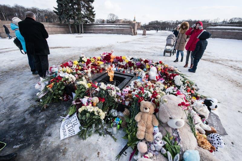 Dag av sorg Tragedin i Kemerovo Lägga blommor royaltyfri foto