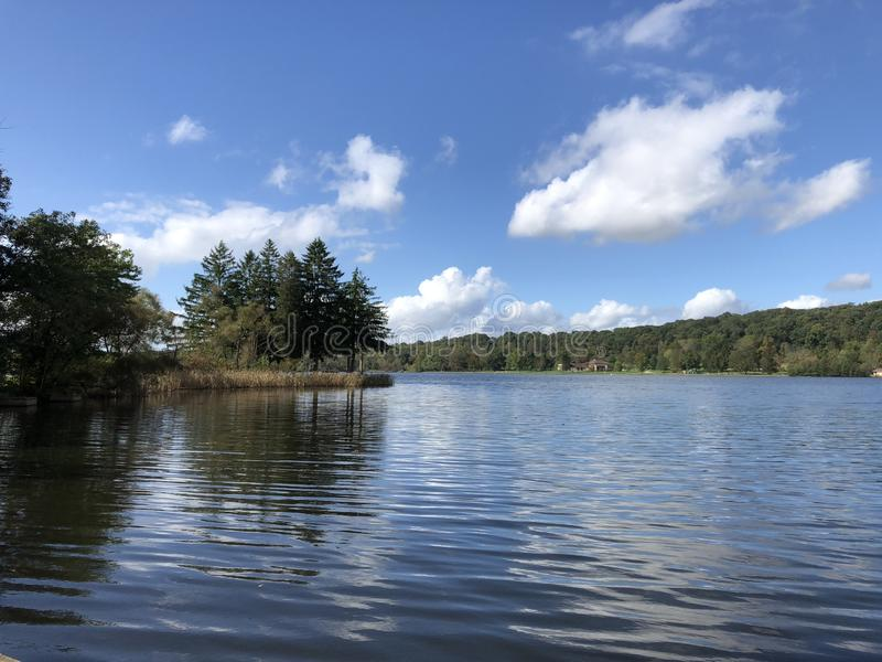 Dag bij het meer royalty-vrije stock fotografie