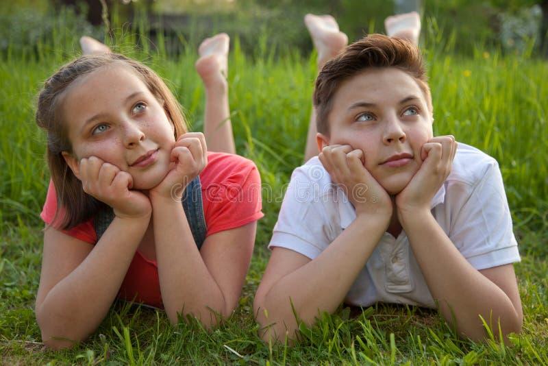 Dag dromend jongen en meisje stock fotografie