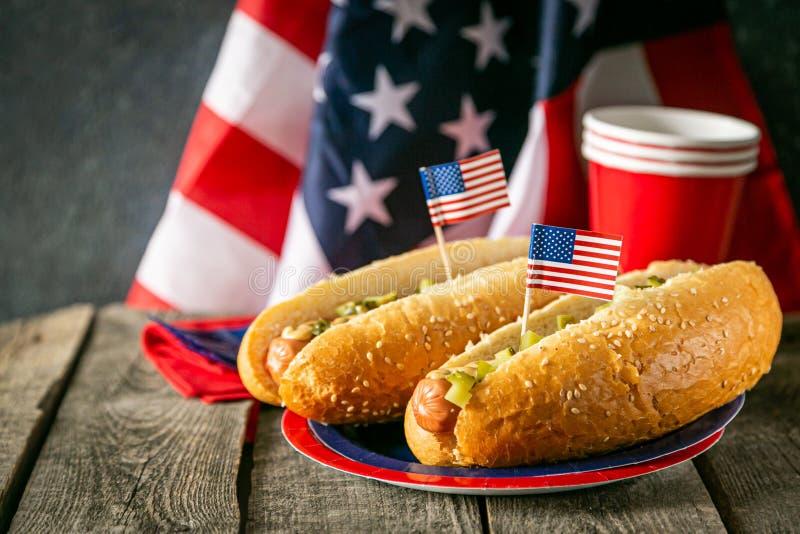 Dag för arbete USA för nationell ferie, Memorial Day, flaggmärkesdag, 4th av Juli - varmkorvar med ketchup och senap på trä arkivbilder
