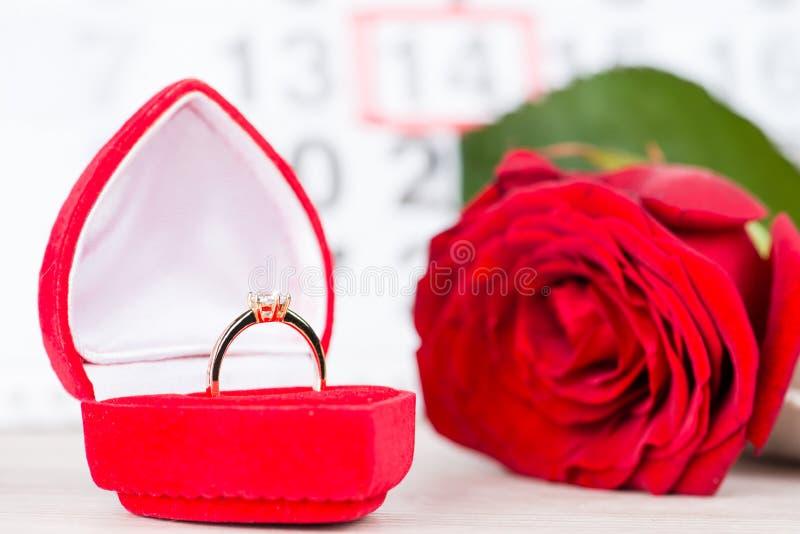 Dag för begreppsvalentin` s, guld- cirkel, hjärta på bakgrund på cet royaltyfri fotografi