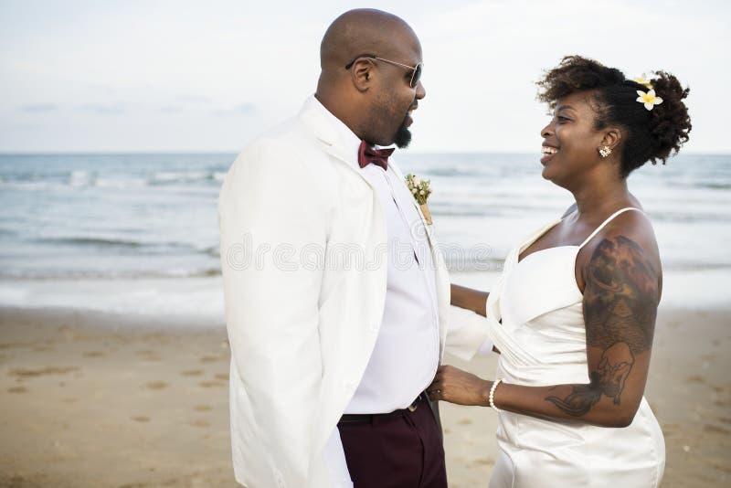 Dag för bröllop för afrikansk amerikanpar` s arkivfoto