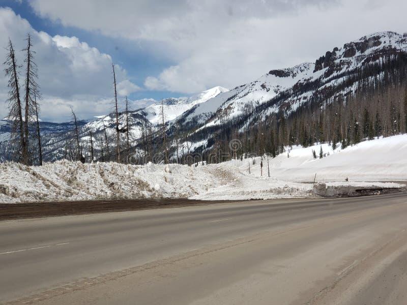 Dag för härlig snö för Colorado affärsföretag molnig arkivfoton