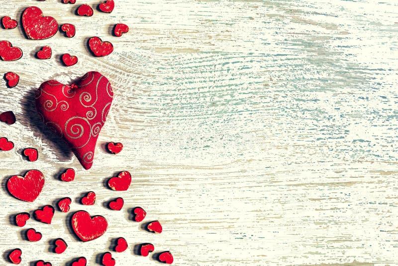 Dag för St-valentin` s, röda hjärtor, vykort, lyckönskan, woode royaltyfria bilder