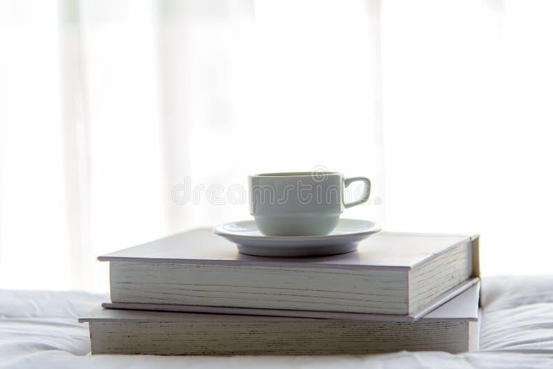 Dag för tidigt arbete Kupa kaffe och boken i morgon med solljus arkivfoton