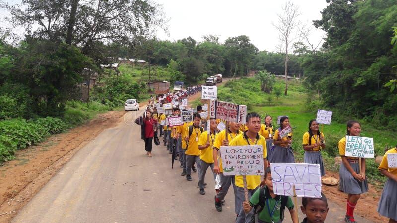 Dag för världsmiljö som firas av skolastudenter arkivbild