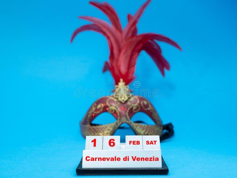 Dag för Venedig karnevalstart med maskeringen på bakgrund royaltyfri foto