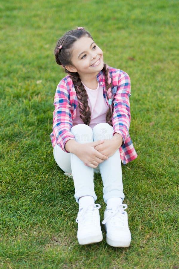 Dag het dromen Parken en openlucht vrolijke daydreamer De aard van de lente De zomerpicknick Klein schoolmeisje met in haar stock foto