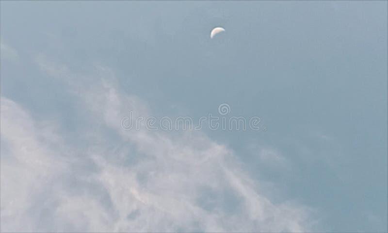 Dag i övergång för kontrast för molnig himmel för måne royaltyfri illustrationer