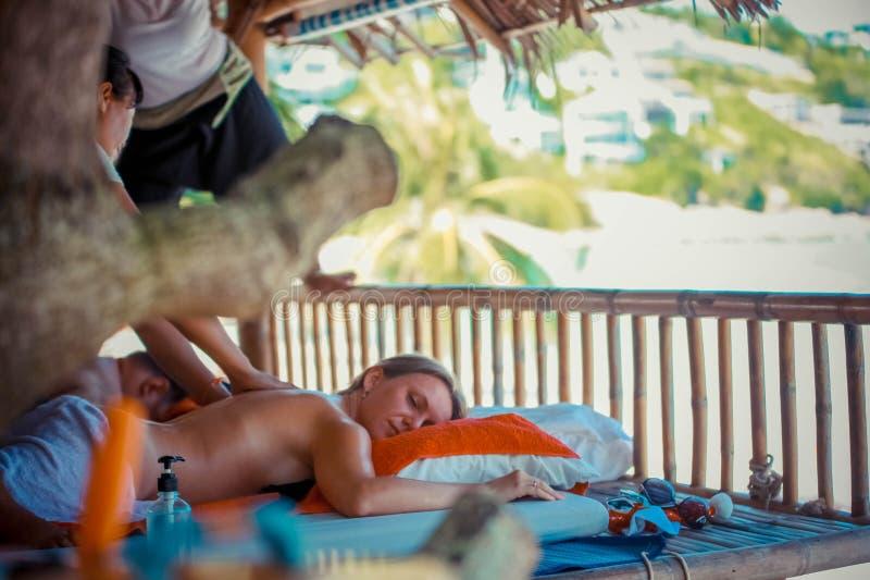 Dag i strandbrunnsort Thailändsk kvinna som gör massage arkivfoto