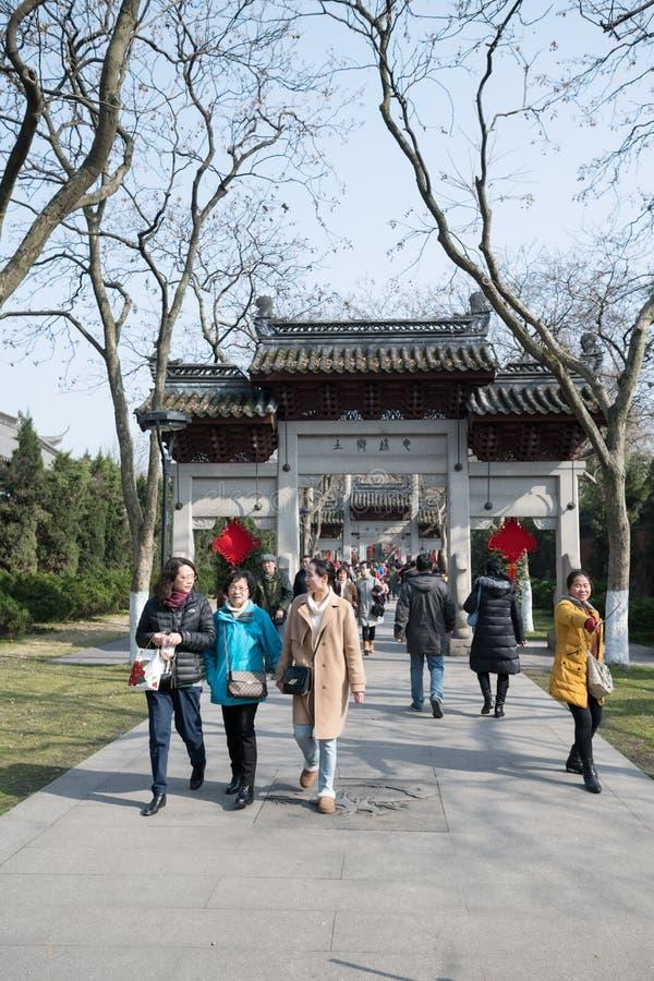 Dag na Chinees Nieuwjaar nian Xin - Elektrische bus in menigte welke mensen doen stock foto's