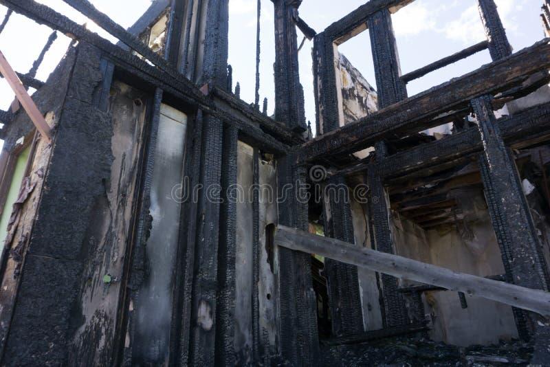 Dag na een vuurzee in een dak van een huis stock foto's