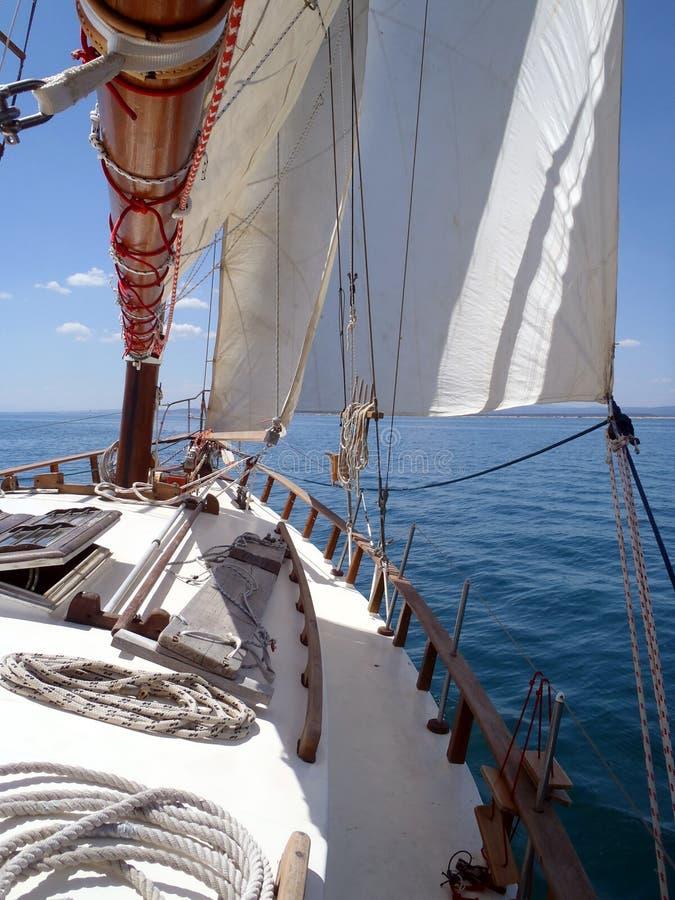 Dag på en klassisk seglingyacht arkivbild