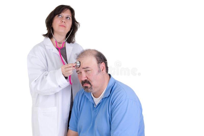 Dag som drömmer allmäntjänstgörande läkaren och hennes lugna patient arkivbilder