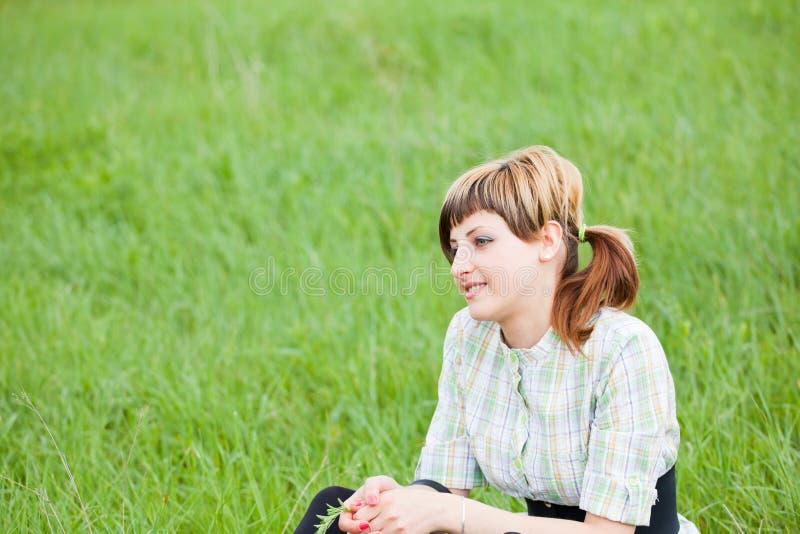 dag som tycker om den utomhus- kvinnan royaltyfri bild