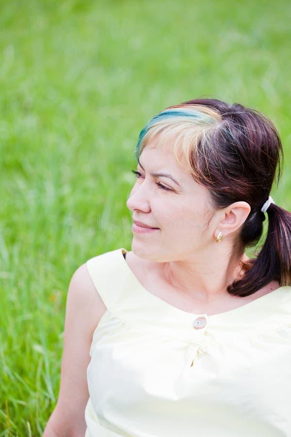 dag som tycker om den utomhus- kvinnan royaltyfri fotografi