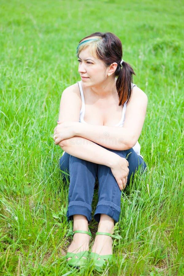 dag som tycker om den utomhus- kvinnan fotografering för bildbyråer