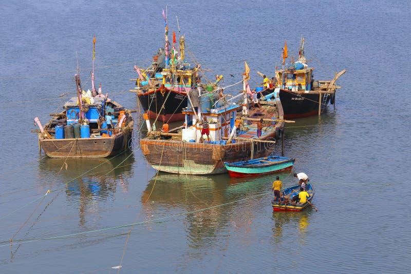 Dag till dagliv av fiskaren med fiskebåtar, avkrokflod, Anjarle, Kokan arkivbilder