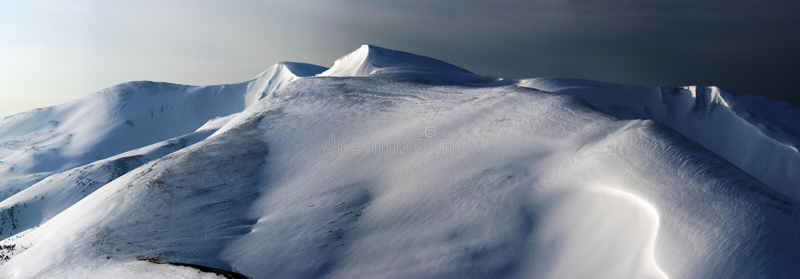 Dag-till-natt pastellövergång i vinterberg arkivfoton