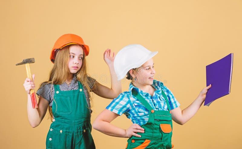 Dag van de Arbeid 1 MEI Gelukkige kinderen Toekomstige carri?re Voormaninspecteur reparatie Kleine jonge geitjes in helm met tabl royalty-vrije stock afbeeldingen