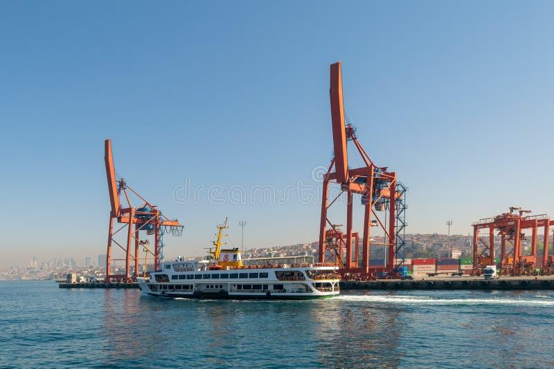 Dag van de kranen in de scheepswerf van de Haven van Haydarpasha, en het overgaan van veerboot met achtergrondmening van Istanboe royalty-vrije stock fotografie