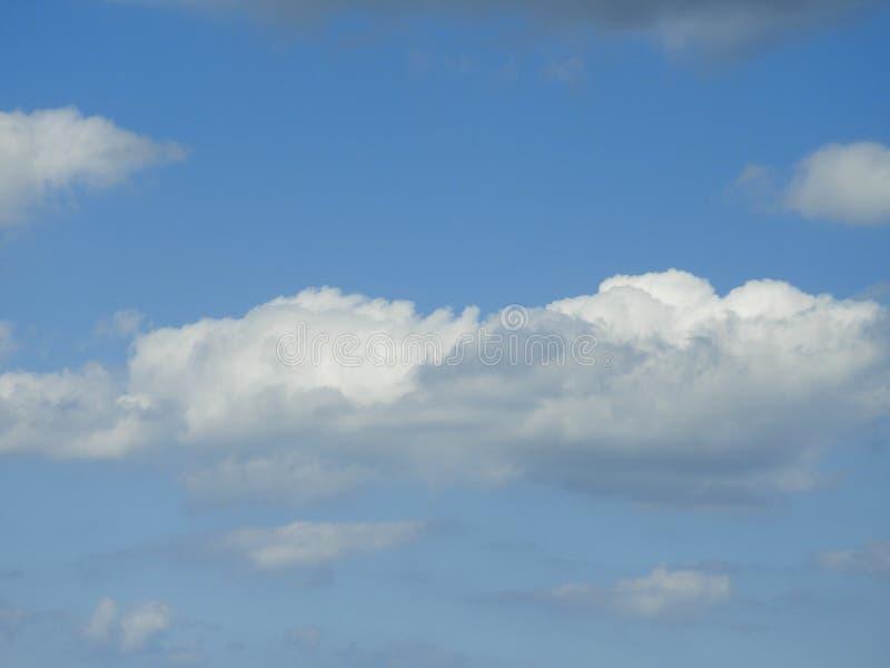Dag van hemel de blauwe witte wolken royalty-vrije stock foto