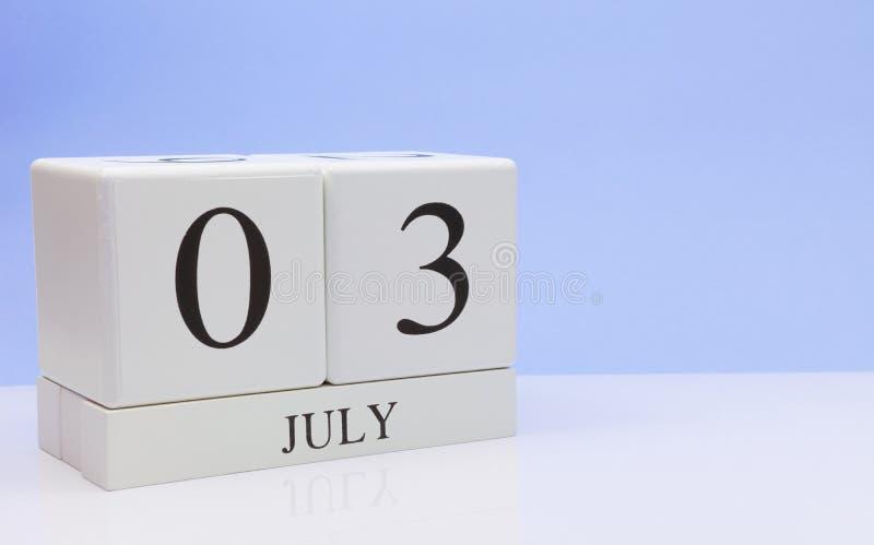 03 Dag 3 van juli van maand, dagelijkse kalender op witte lijst met bezinning, met lichtblauwe achtergrond De zomertijd, lege rui stock fotografie