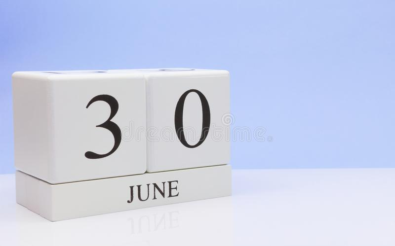 30 Dag 30 van juni van maand, dagelijkse kalender op witte lijst met bezinning, met lichtblauwe achtergrond De zomertijd, lege ru royalty-vrije stock foto's