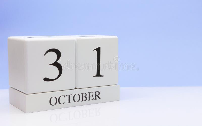 31 Dag 31 van oktober van maand, dagelijkse kalender op witte lijst met bezinning, met lichtblauwe achtergrond De herfsttijd, leg stock fotografie