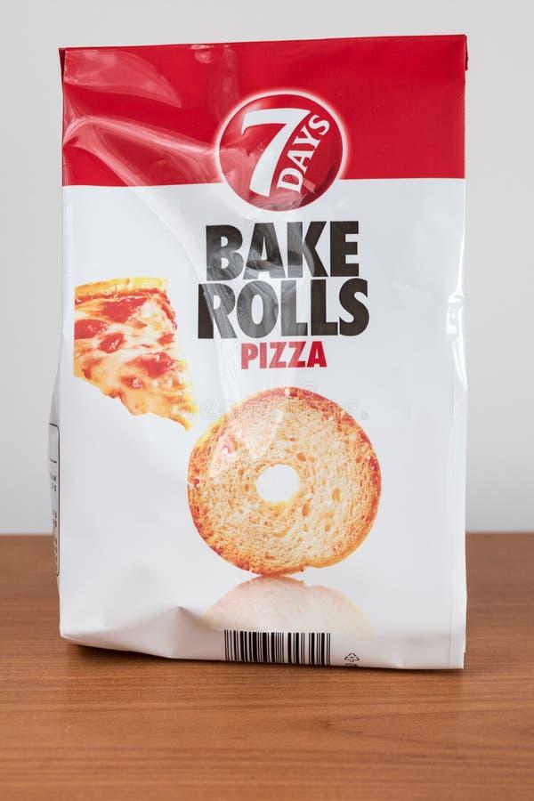 7 dagar bakar kryddad rullpizza Skivade tunt dubbelt bakat extra frasigt, bröd fotografering för bildbyråer