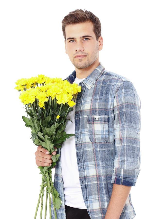 dagblomman ger mödrar mumsonen till Le den stiliga mannen med den gula buketten av blommor som isoleras på vit Kopieringsutrymme  royaltyfri fotografi