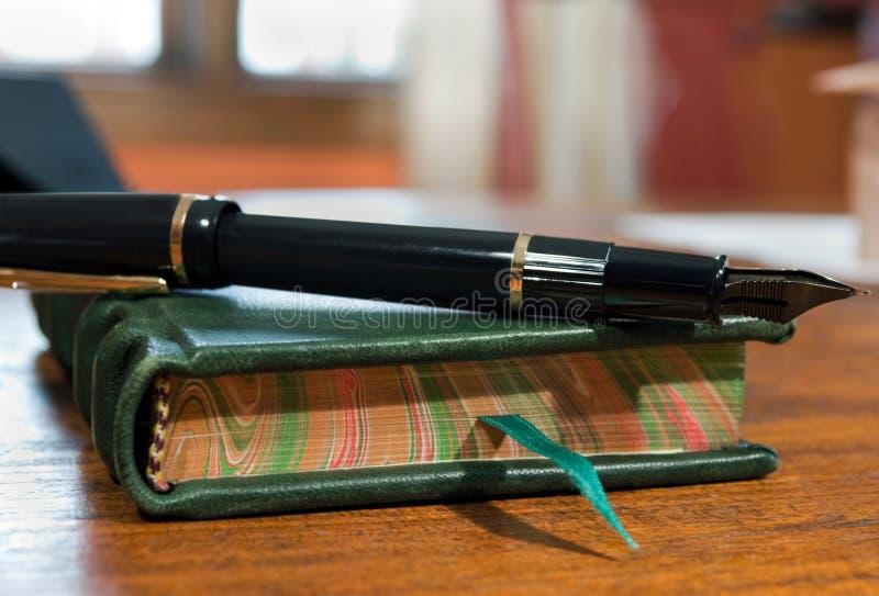 Dagboek en pen op bureau stock foto's