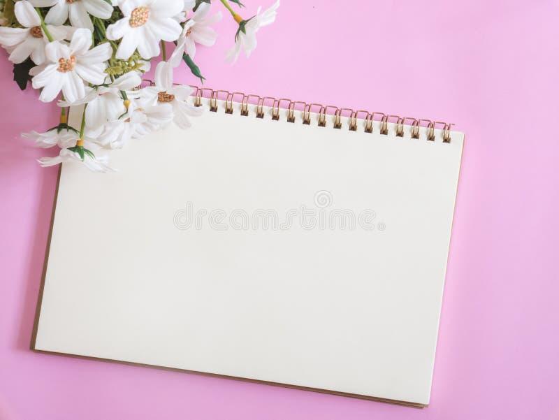 Dagbok för anmärkningsbok och härlig blommabukett fotografering för bildbyråer