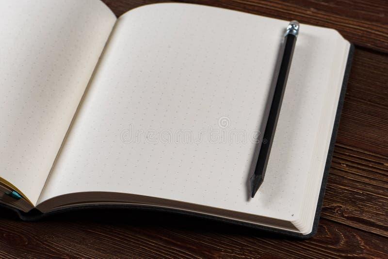 Dagbok med en blyertspenna arkivbilder