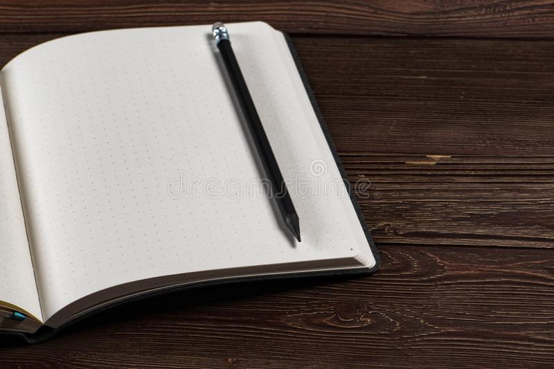 Dagbok med en blyertspenna arkivbild