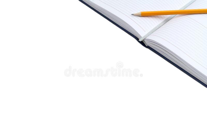 Dagbok och blyertspenna som isoleras på vit bakgrund med utrymme för fri text Öppna en tom vit anteckningsbok arkivfoto