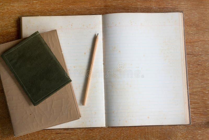 Dagbokbok och blyertspenna på trätabellen royaltyfria bilder