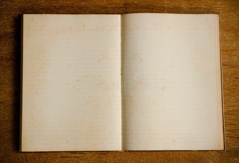 Dagbokbok på trätabellen royaltyfria bilder