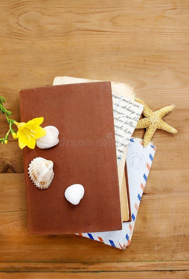 Dagboken, gamla bokstäver och gul freesia blommar royaltyfria bilder